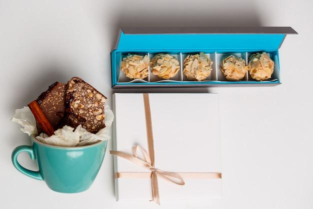 Chocolate em copo e caixas em branco