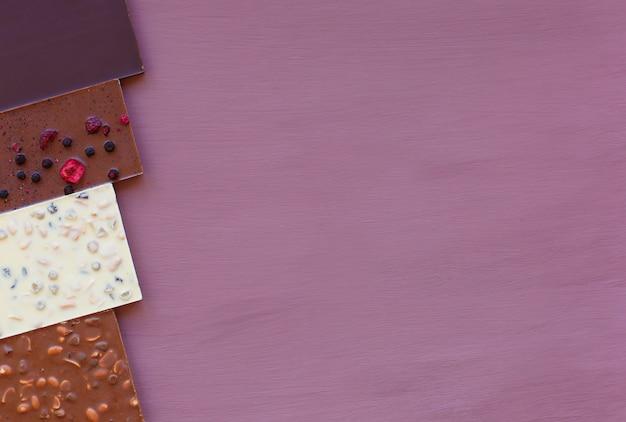 Chocolate em um fundo roxo