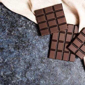 Chocolate escuro de vista superior em pano