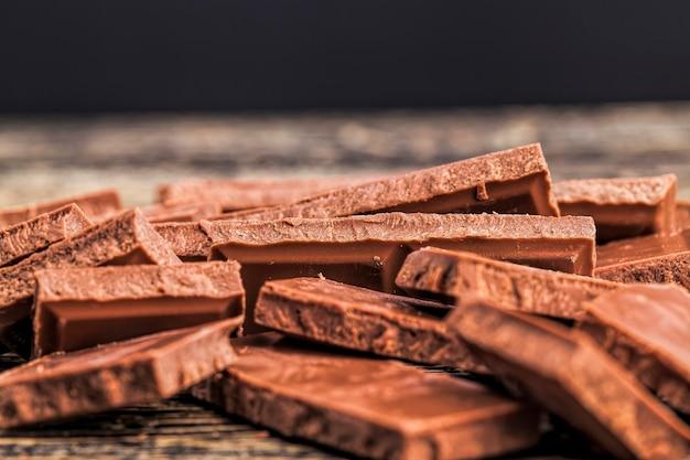 Chocolate feito de cacau, açúcar e leite em pó, close de produtos de chocolate feitos de cacau e outros ingredientes