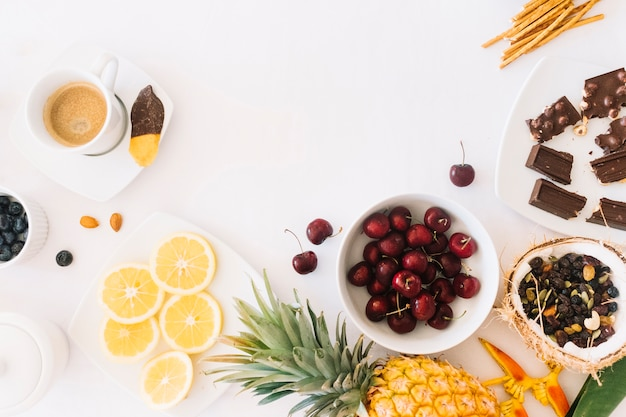 Chocolate; frutas e café com pão no pano de fundo branco