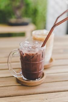 Chocolate gelado e café gelado com leite