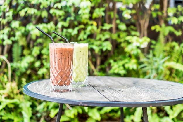 Chocolate gelado e copo de chá verde matcha em cima da mesa