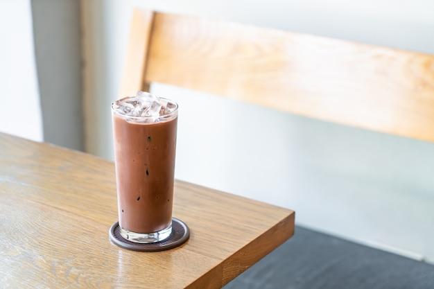 Chocolate gelado na mesa de madeira