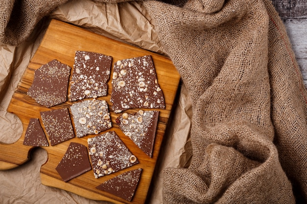 Chocolate na mesa de madeira.