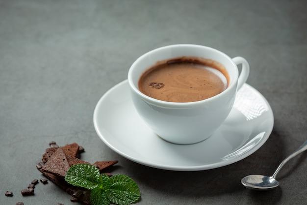 Chocolate na superfície escura. conceito do dia mundial do chocolate