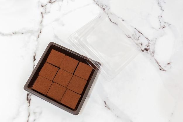 Chocolate nama feito em casa, sobremesas japonesas modernas cobertas com cacau em pó
