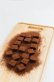 Chocolate nama fresco em uma placa de madeira em uma sobremesa japonesa de fundo branco