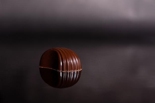 Chocolate no copo com reflexão.