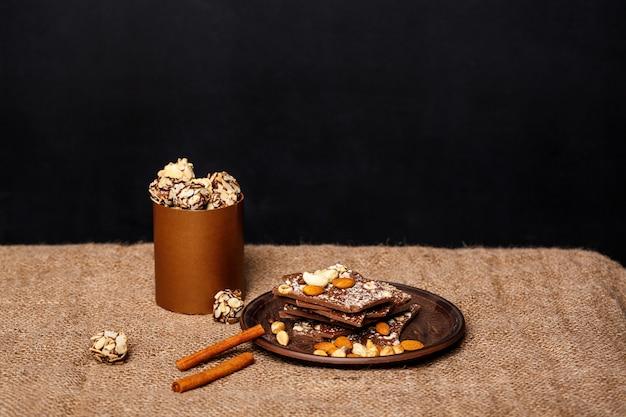 Chocolate nozes e canela de saco.