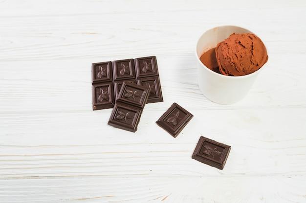 Chocolate perto de sorvete marrom