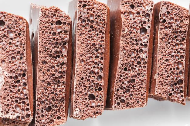 Chocolate poroso em um prato
