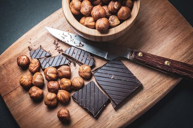 Chocolate preto com avelãs