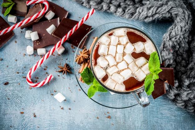 Chocolate quente caseiro com menta, pirulito e marshmallow