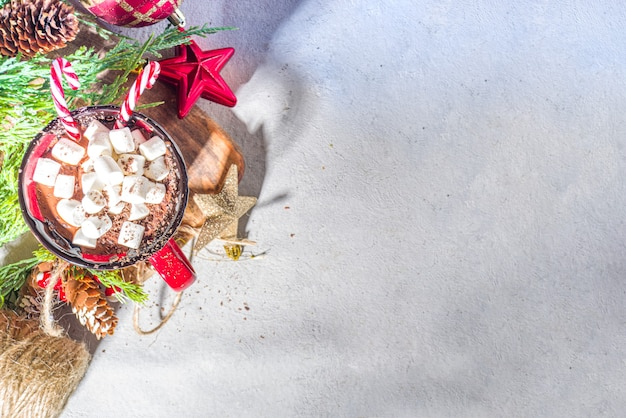 Chocolate quente caseiro com mini marshmallows, bebida quente de cacau de natal aconchegante em fundo de madeira com espaço de cópia de decorações de natal