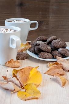 Chocolate quente com biscoitos