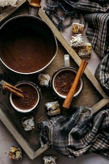 Chocolate quente com canela em uma caneca plana lay out fotos de alimentos de férias