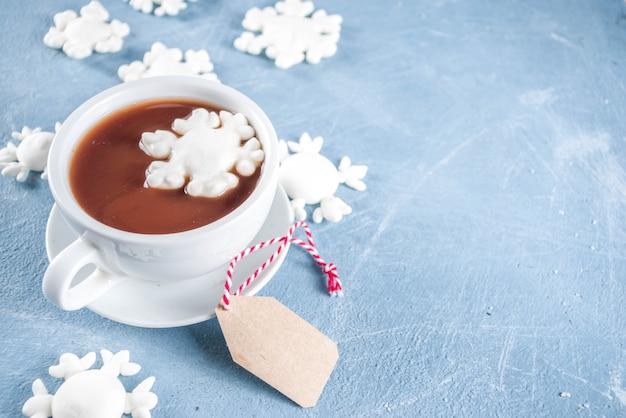 Chocolate quente com flocos de neve de marshmallow
