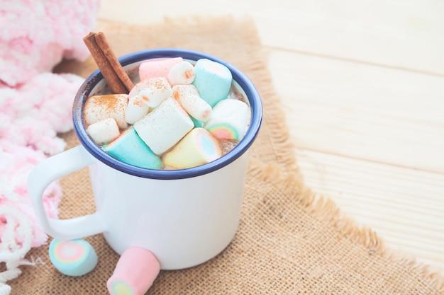 Chocolate quente com marshmallow da cor pastel, alimento e bebida pasteis. estilo de vida de inverno