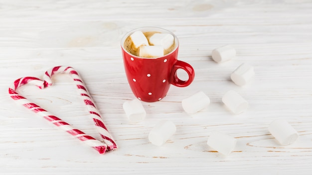 Chocolate quente com marshmallow e doces