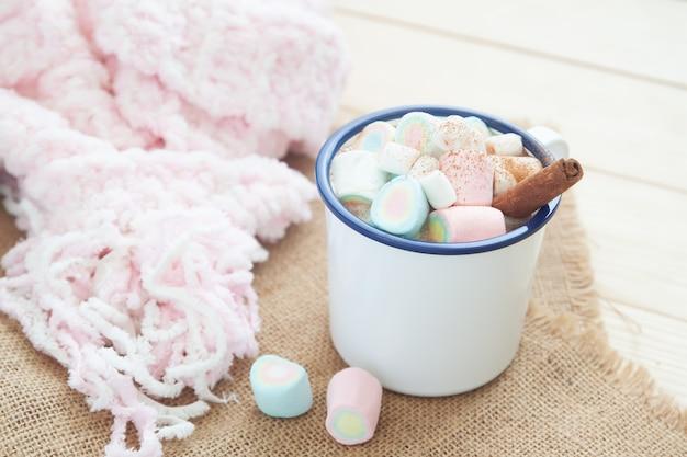 Chocolate quente com marshmallow e pau de canela. estilo de vida de inverno.