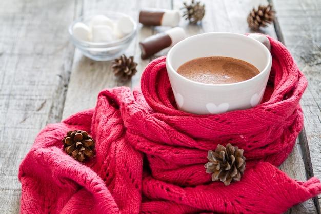 Chocolate quente com marshmallow e pinhas
