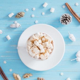 Chocolate quente com marshmallow em fundo de madeira
