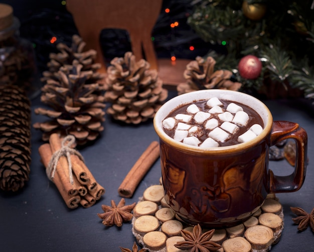 Chocolate quente com marshmallow em uma caneca de cerâmica marrom