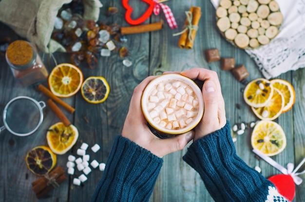 Chocolate quente com marshmallow em uma caneca