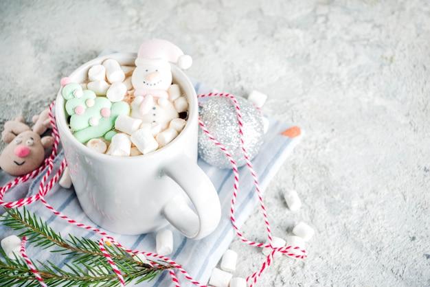 Chocolate quente com marshmallow engraçado