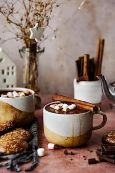 Chocolate quente com marshmallows aquecidos no inverno