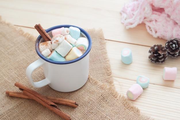 Chocolate quente com marshmallows, bebida pastel. inverno