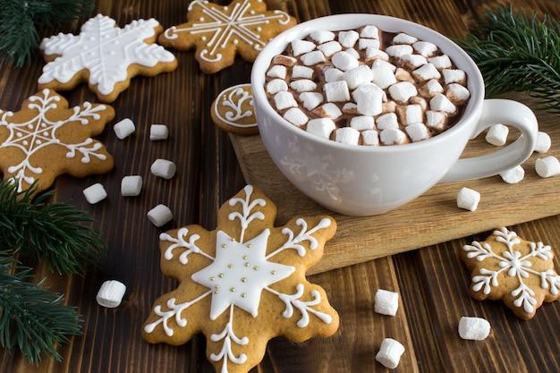 Chocolate quente com marshmallows e biscoitos de natal