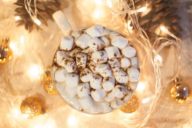 Chocolate quente com marshmallows e canela. bom espírito de ano novo. cartão de natal