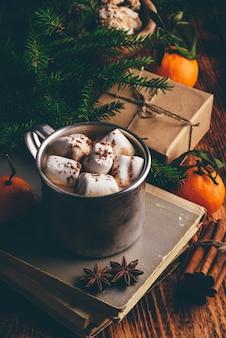 Chocolate quente com marshmallows em caneca rústica