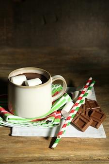 Chocolate quente com marshmallows, em superfície de madeira