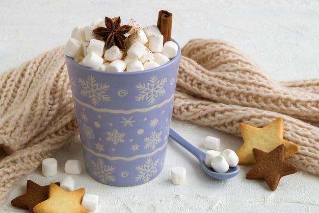 Chocolate quente com marshmallows em uma xícara lilás