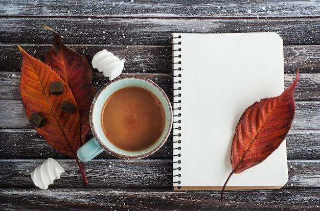 Chocolate quente com marshmallows, folhas de outono