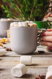 Chocolate quente com marshmallows. fundo de natal bebidas.