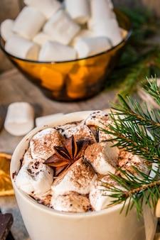 Chocolate quente com marshmallows. fundo de natal foco seletivo.