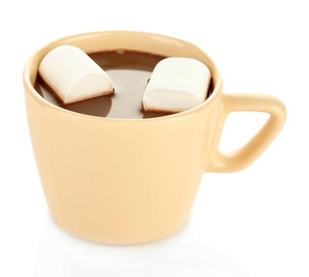 Chocolate quente com marshmallows na caneca, isolado no branco