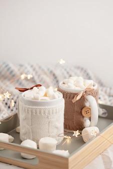 Chocolate quente com marshmallows na manta macia