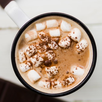 Chocolate quente com marshmallows no copo