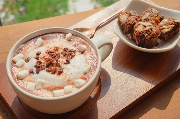 Chocolate quente com marsmallow e brownies de chocolate caseiros