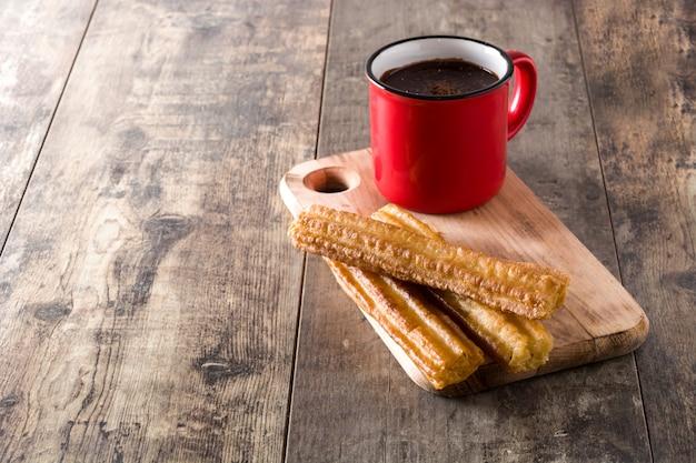 Chocolate quente com mesa de madeira churros copyspace