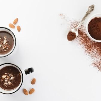 Chocolate quente com nozes e cacau em pó