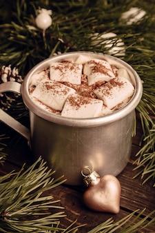 Chocolate quente com ramos de marshmallow e abeto
