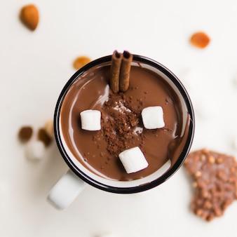 Chocolate quente com túbulos e marshmallow