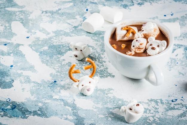 Chocolate quente com ursinhos de pelúcia e marshmallow de veado