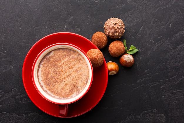 Chocolate quente com vista superior de trufas